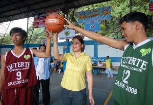 Davao City vice mayor Sara Z. Duterte leads the ceremonial toss.(Davao Sportswriters Assn.photo)
