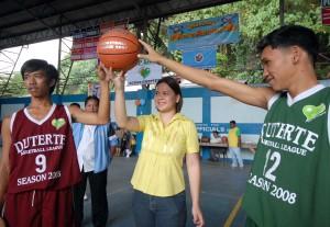 Davao City vice mayor Sara Z. Duterte leads the ceremonial toss.(Davao Sportswriters Assn.photo)