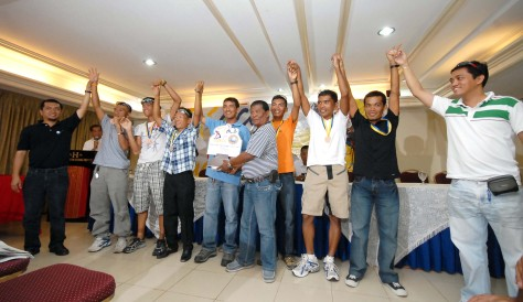 dxDC station manager Dodong Solis (extreme left) and PhilCycling's Jun Paholio (5th from right) lead the victory celebration for the Inday Sara Team.(DAVAO SPORTSWRITERS ASSN.)