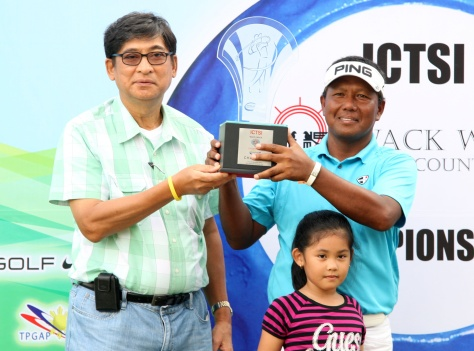Tony Lascuna holds his trophy with Wack Wack president Dr. Philip Ella Juico as daughter Shnaryl looks on during awards rites.