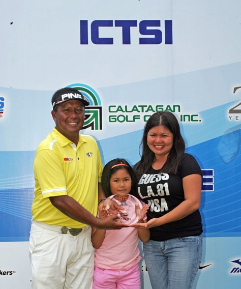 Tony Lascuna, with wife Che and daughter Shandrel, shows his trophy after dominating the field in the ICTSI Calatagan Challenge.