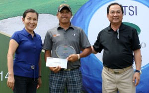 caption// Jay Bayron (center) holds his prize and trophy as he poses with ICTSI Public Relations head Narlene Soriano (left) and Splendido Taal Golf Club general manager Teboy Javier after ruling the ICTSI Splendito Classic in come-from-behind fashion.(pr photo)