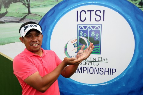 Jun Rates hoists the ICTSI Camp John Hay Championship trophy after besting the elite field to record his first-ever pro victory.(pr photo)