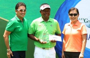 ony Lascuna beams as he holds his trophy and prize worth P360,000 after dominating the P2 million ICTSI Valley Golf Challenge at the Valley Golf Club last Saturday. With him are Narlene Soriano (right), head of Public Releations of the sponsoring International Container Terminal Services, Inc. and VGC president Daudo Go.(pr photo)