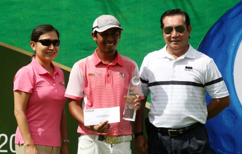 Rufino Bayron (center) holds his trophy and prize worth $10,500 as he poses with ICTSI Public Relations head Narlene Soriano (left) and Orchard Golf and Country Club general manager Rene Garovillo after scoring his maiden victory at $60,000 ICTSI Orchard Golf Championship of the Asian Development Tour last Saturday.(pr photo)