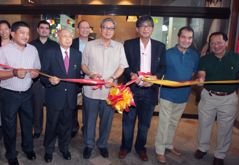 Pilipinas Shell Petroleum Country Manager Edgar Chua (third from left) cuts the ceremonial ribbon during the inauguration of the Wack Wack Golf and Country Club Gym and Fitness Center in Mandaluyong City last Friday. With him are (from left) Pilipinas Shell Petroleum Commercial Fuels Business head Ramon Vergel de Dios, Wack Wack director Louie Tan She Ling, Wack Wack president Dr. Philip Ella Juico, Wack Wack director Philip Tuazon, and Pilipinas Shell Petroleum VP for Communications Bobby Kanapi.(pr)
