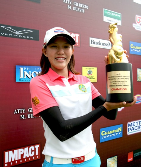 Pimnipa Panthong hoists her trophy after nipping compatriot Kanyalak Preedasutthijit by one to keep the Champion Infinity Philippine Ladies Open Golf Championship for Thailand for the third straight year.(pr photo)