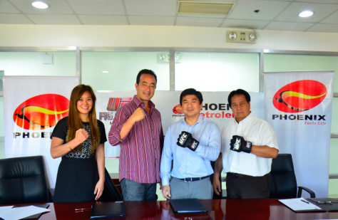 Phoenix Petroleum President and CEO Dennis Uy (3rd from left) and Ultimate Fighting Championship (UFC) Executive Vice President and General Manager of Asia Kenneth Berger (2nd from left) seal the partnership on March 19, 2015 in Taguig. With them are UFC Partnership Activations Manager Jamie Eng (left) and Phoenix Chief Operating Officer Romeo de Guzman (right).(pr photo)