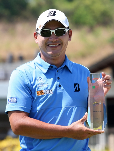 Angelo Que beams as he holds his trophy after copping the inaugural ICTSI Anvaya Cove Invitational crown with a closing course-record 64 at Anvaya Cove in Morong, Bataan for a three-shot win over Tony Lascuña.(pr photo)