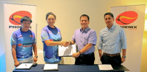 "Phoenix Petroleum signs anew the Triathlon Association of Davao (TRIAD) as brand ambassador on July 20, 2015 at Park Inn by Radisson Hotel, Davao City. Under the one-year partnership agreement, TRIAD will carry the name ""Team TRIAD powered by Phoenix"" as they compete in 17 triathlon races. Present in the contract signing were (L-R) TRIAD Secretary James Tan, President Dolly Yuste, Phoenix VP for External Affairs, Business Development, and Security Atty. Raymond Zorrilla, and AVP for Commercial Sales Mindanao Ericson Inocencio. (pr)"