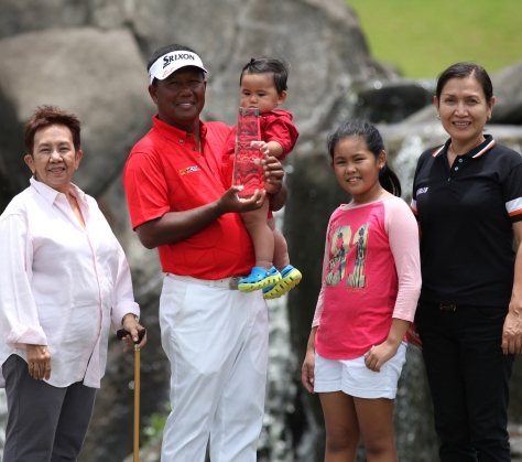 Tony Lascuña hoists his trophy after dominating the field to win the ICTSI Classic by six.(pr)